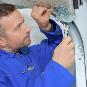 W przypadku konstrukcji segmentowych i niektórych bram uchylnych konieczne jest przykręcenie do sufitu prowadnic podsufitowych. Fot. Dobry Montaż,  Związek Polskie Okna i Drzwi
