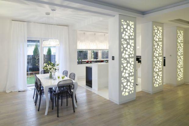Białe kuchnie od kilku lat niepodzielnie królują w polskich domach. Często uzupełnione są czernią lub wyrazistymi, kontrastującymi dodatkami. Nic jednak nie stoi na przeszkodzie, aby zastosować w kuchni, przynajmniej na jednej ze ścian, swój ul
