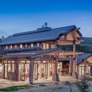 Bryła domu skomponowana jest z trzech części: dwukondygnacyjnego centrum i parterowych skrzydeł. Fot. Tim Stone,  Kelly & Stone Architects