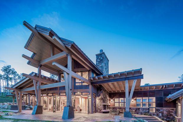 Piękny dom, położony w okolicach Seattle w USA, został zaprojektowany nowocześnie, ale z poszanowaniem otaczającej przyrody i tradycji architektonicznych, charakterystycznych dla amerykańskich rancz na Dzikim Zachodzie.