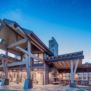 Liczne załamania bryły domu decydują o jego wyjątkowości. Tradycyjne materiały budowlane - kamień i drewno - zastosowano tu w bardzo nowoczesnej formie. Fot. Tim Stone,  Kelly & Stone Architects