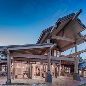 Ogromnym atutem elewacji południowej są przeszklenia. Strefę dzienną można w porze letniej całkowicie zintegrować z ogrodem. Fot. Tim Stone,  Kelly & Stone Architects
