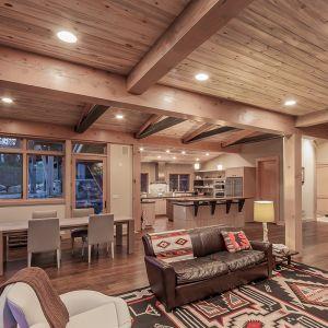 We wnętrzu dominuje drewno. Ten tradycyjny materiał zyskał tu nowoczesną formę. Szczotkowana sosna na suficie eksponuje najlepsze cechy drewna - ciepło i kolor. Fot. Tim Stone,  Kelly & Stone Architects