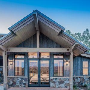 """W """"dzikiej"""" okolicy, gdzie do okien zagląda tylko natura, można pozwolić sobie na praktycznie całkowicie przeszklona sypialnię. Fot. Tim Stone,  Kelly & Stone Architects"""