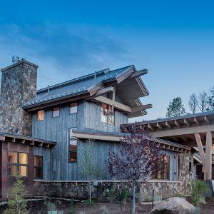 """Elewacje wykończono """"postarzanym"""" drewnem, kamieniem i dużymi i uzupełniono dużymi przeszkleniami. Fot. Tim Stone,  Kelly & Stone Architects"""