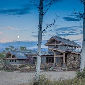 Dom idealnie wkomponowano w dolinę rzeki. Roztacza się z niego zapierający dech w piersiach widok. Fot. Tim Stone,  Kelly & Stone Architects