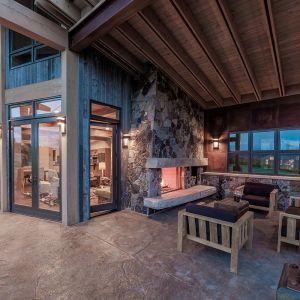 Taras jest tu pełnoprawną częścią domu. Zaprojektowano i starannie wykonano w nim każdy szczegół. Fot. Tim Stone,  Kelly & Stone Architects