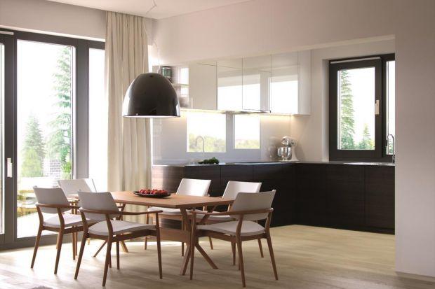 Założeniem projektantów domu Ariel było stworzenie strefy dziennej złożonej z salonu, kuchni i jadalni. Zrezygnowano z dzielenia tych pomieszczeń, dzięki czemu powstała duża otwarta przestrzeń. Pomimo nowoczesnego charakteru, wnętrze nie jest