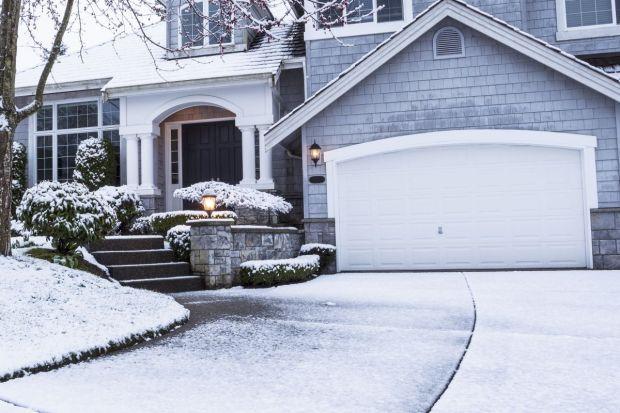 Niższe koszty materiałów budowlanych i wykończeniowych oraz większa możliwość zatrudnienia sprawdzonej ekipy remontowo-budowlanej sprawiają, że łagodna zima będzie dobrym momentem na kontynuowanie budowy i wykończenie domu.