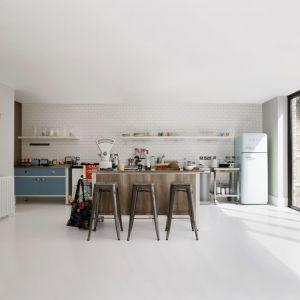 W loftowych kuchniach z sukcesem stosuje się różnorodne materiały, lub produkty stworzone na ich wzór. Doskonale w ten coraz popularniejszy trend, wpisują się produkty Pfleiderer – imitujące beton i kamień blaty kuchenne, a także laminaty HPL do złudzenia przypominające szlachetną stal. Fot. Pfleiderer