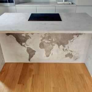 Wykończona betonem zabudowa kuchenna pięknie koresponduje ze słomkowym kolorem naturalnego drewna na podłodze. Fot. Bautech