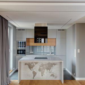 Za pomocą różnych odcieni szarego betonu w postaci mikrocementowej zaprawy możemy wyczarować ciekawe obrazy, takie jak mapa świata na wyspie kuchennej. Fot. Bautech