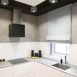 Szary beton i białe szkło nad blatem prezentuje się bardzo elegancko w nowocześnie urządzonej kuchni. Proj. Łukasz Szadujko, Fot. Bartosz Jarosz
