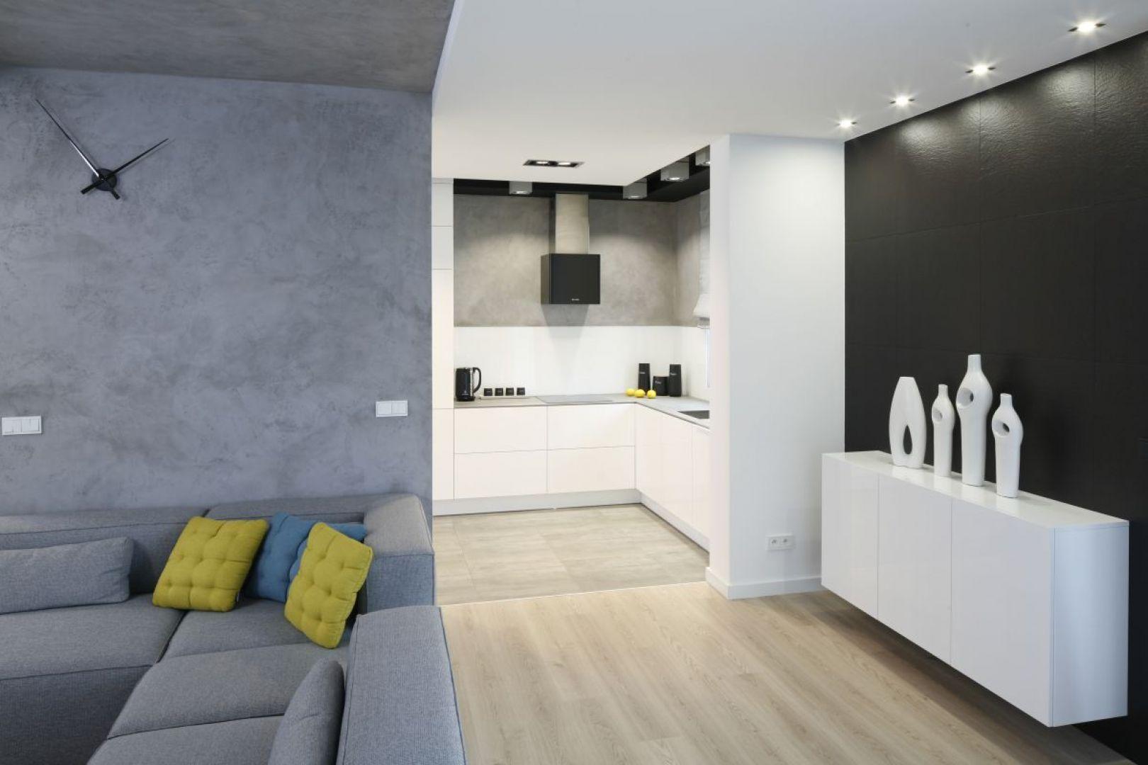 Beton doskonale sprawdzi się w każdej kuchni. Dobrze zaprezentuje się w minimalistycznym wnętrzu wypełnionym czarną lub białą zabudową, jak również tam, gdzie dominują żywe kolory. Proj. Karolina Szadujo-Stanek, Łukasz Szadujko, Fot. Bartosz Jarosz