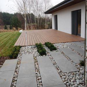 Aby nadać alejce ogrodowej nowoczesnego charakteru można zastosować również innowacyjne rozwiązanie polegające na uzupełnieniu przestrzeni pomiędzy płytami dostępnym w różnych odcieniach kamieniem dekoracyjnym. Fot. Jadar