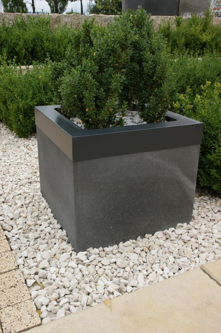 W ogrodach naszych znajomych często możemy spotkać donice dekoracyjne. Są zazwyczaj z betonu, których wnętrze można wypełnić ziemią i obsadzić roślinami. Fot. Jadar