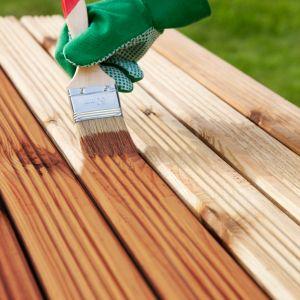 Od oferowanych dziś wyrobów do zabezpieczania drewna na zewnątrz oczekuje się także tego, by były to rozwiązania szybkoschnące, które nie tylko są dobre jakościowo, ale i zapewniają możliwość przeprowadzenia renowacji w krótszym czasie. Fot. Unicell