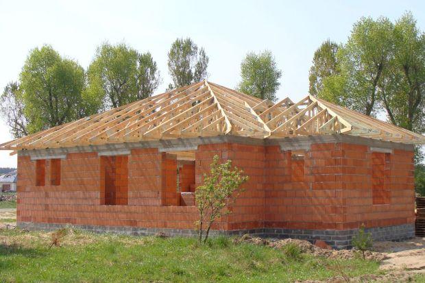 Prefabrykowane wiązary dachowe stanowią doskonałą alternatywę dla tradycyjnej więźby drewnianej. Ich zastosowanie niesie ze sobą wiele korzyści – często zapewnia niższy koszt budowy oraz oszczędność czasu.