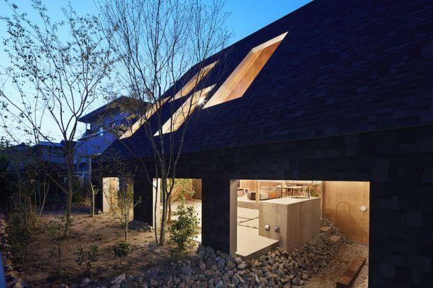 """Większość naszego czasu spędzamy w zamkniętych pomieszczeniach. Czy to w domu, czy w pracy. A co, gdyby """"zaprosić"""" ogród bezpośrednio do naszego salonu? Tę koncepcję życia bliżej natury zrealizowało japońskie studio Suppose Design"""