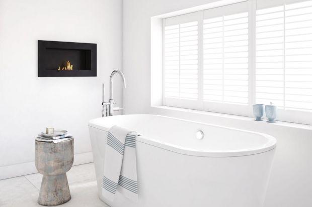 Łazienka jest pomieszczeniem, które kojarzy się z wodą, nie z ogniem. Gdy jednak mamy do czynienia z wystarczająco dużym wnętrzem możemy pokusić się o instalację kominka i cieszyć się relaksującym płomieniem.