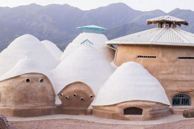 Dom, który pachnie oceaniczną bryzą. Powstaje z piasku i ziemi