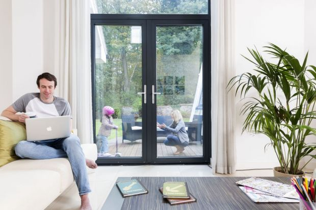 Wymiana okien na energooszczędne powinna być pierwszym etapem działań, zmierzających do ograniczenia strat energii w domach, a co za tym idzie obniżenia rachunków i poprawy jakości środowiska. Zgodnie z zapowiedzą NFOŚiGW właściciele domów j