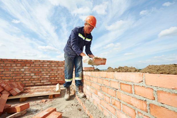 Łatwość stosowania, mrozo- i wodoodporność, wytrzymałość oraz wielofunkcyjność – to cechy, jakimi powinny charakteryzować się dobre zaprawy stosowane do murowania ścian z bloczków czy murów z pustaków.