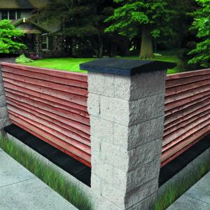 Domy w stylu klasycznym najlepiej skomponować z ogrodzeniem o tradycyjnym charakterze. Estetycznym i funkcjonalnym rozwiązaniem jest połączenie pustaków betonowych z kompozytem drewnianym. Pustak łupany. Fot. Jadar