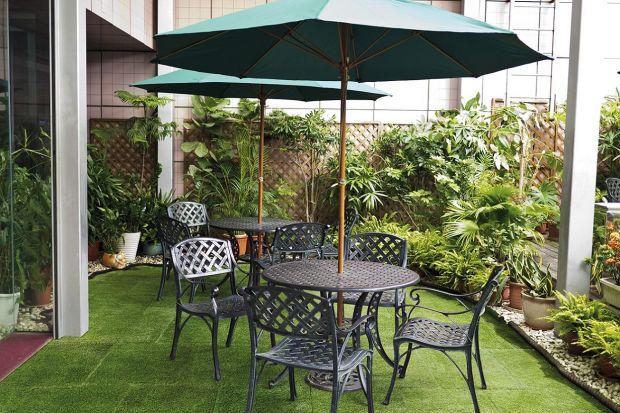 Zadbany, równy trawnik to marzenie większości właścicieli ogrodów, a zieleń na balkonie tęskniących za przyrodą mieszkańców bloków. Niestety naturalna trawa wymaga czasochłonnej pielęgnacji i cieszy oko tylko przez kilka miesięcy. Alternat