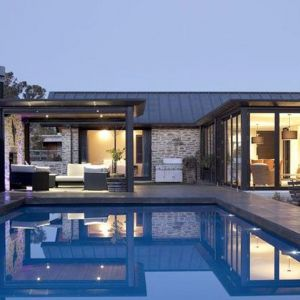 Po zmroku przy basenie panuje bardzo romantyczna atmosfera. Wszystko dzięki subtelnym podświetleniom. Fot. M&W