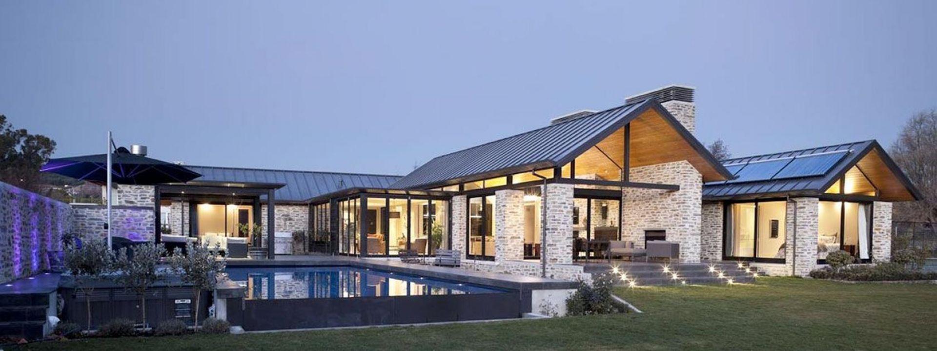 Na Wanaka House składają się dwa podobne budynki. Jeden jest mieszkalny, drugi typowo rekreacyjny. Fot. M&W