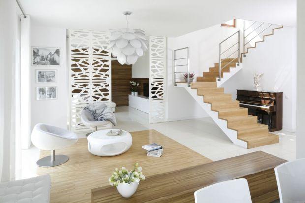 Schody mogą być głównym elementem dekoracyjnym salonu, jak również pełnić tylko funkcję komunikacyjną i zostać dyskretnie wkomponowane w zamkniętą klatkę schodową. W obu przypadkach musimy zdecydować o ich konstrukcji i materiale do wykoń