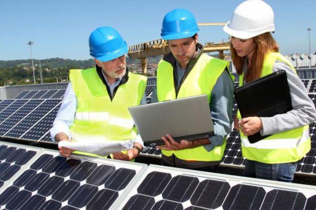 Instalacja fotowoltaiczna do wytwarzania energii elektrycznej wykorzystuje energię słoneczną. Do jej największych zalet zaliczają się niezależność energetyczna (od dostawców prądu) oraz powszechny dostęp do energii słonecznej. Wadą są ciąg