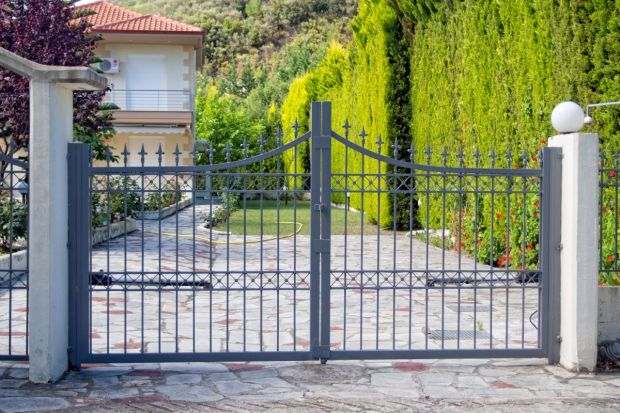 Wymarzony projekt domu, idealnie dobrana elewacja i potężne ogrodzenie. Brakuje jedynie czegoś, co zwieńczyłoby całą inwestycję. Przysłowiową wisienką na torcie jest brama wjazdowa.