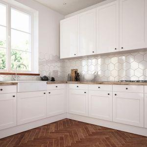 Biele i szarości sprawdzą się w nowoczesnych, surowych wnętrzach , wykorzystujących elementy betonu, szarych i białych płytek. Fot. Atlas
