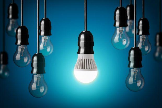 Zakupowi źródeł światła LED często towarzyszy zakłopotanie wynikające z mnogości parametrów i oznaczeń, które konsument musi rozszyfrować aby dobrać produkt do potrzeb aranżacyjnych. Poniższy artykuł to praktyczny drogowskaz, krok po krok