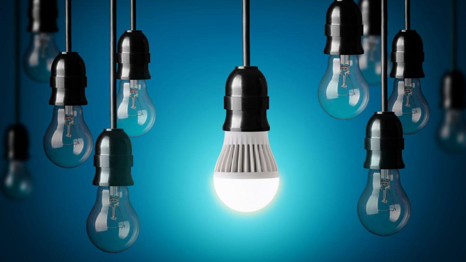 Jednym z najważniejszych argumentów stojących za źródłami światła LED jest ich długowieczność. Zgodnie z wytycznymi dyrektywy DIM2, trwałość lamp tego typu prezentuje się w liczbie godzin nieprzerwanego świecenia. Dobrej jakości urządzenia świecą nawet do 40.000 godzin (około 20 lat pracy przez 6 godzin dziennie). Fot. Shutterstock