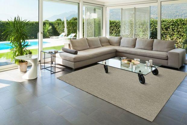 Wykładziny dywanowe mogą być wykonane z różnego rodzaju włókien o zróżnicowanych właściwościach i parametrach użytkowych. Wśród najbardziej cenionych są wykładziny wełniane, które doskonale łączą naturalność z konkretnymi korzyści