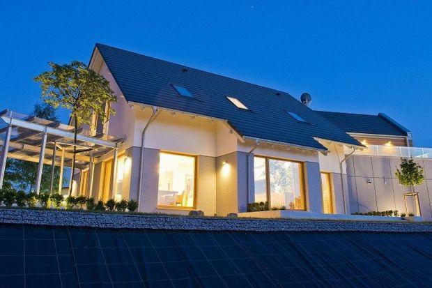 W maju 2016 roku upłyną dwa lata od otwarcia pierwszego w Polsce domu zbudowanego w technologii szkieletu drewnianego wg. wymogów dwóch standardów: Saint-Gobain Multi-Comfort oraz pasywnego Polskiego Instytutu Budownictwa Pasywnego i Energii Odnawial
