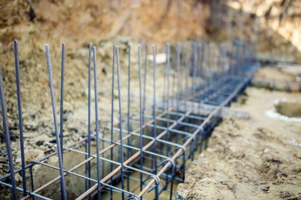 Rodzaj i jakość wykonanego fundamentu decyduje o trwałości i wytrzymałości całej konstrukcji domu. Jego uszkodzenie może być bardzo trudne do wykrycie i często niemożliwe do naprawienia. Dlatego bardzo ważne jest właściwe zaprojektowanie i w
