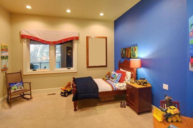 Na wyborze mebli, kolorów ścian i aranżacji nie kończy się wystrój pokoju dla dziecka. Uwagę warto poświecić także na instalację odpowiedniego oświetlenia. Podpowiadamy jak zrobić to z głową.