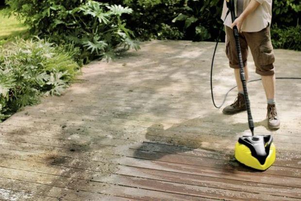 Deski sosnowe, bangkirai lub nowoczesne polimerowo drewniane podłoża - powierzchnie drewniane są bardzo popularne jeśli chodzi o wykładanie tarasu. Utrzymanie ich w czystości stanowi jednak wyzwanie.