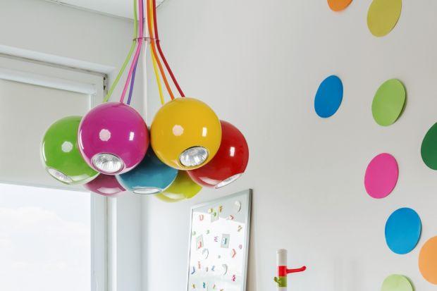 W pokoju dziecięcymważne są kolory. To one ożywiają wnętrze i pobudzają wyobraźnię najmłodszych. Dlatego urządzając pokój dla dziecka warto zadbać o każdy detal. Nawet zwykła lampa może stać się ważnym elementem wystroju takiego wnę