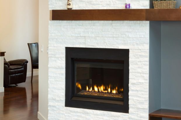 Wielu inwestorów nie wyobraża sobie domu bez kominka. Ogień nadaje wnętrzu przytulnego, ciepłego charakteru. Kominek pełni też funkcję praktyczną - dogrzewa pomieszczenia. Warto sprawdzić na co zwrócić uwagę zanim zdecydujemy się na konkretn