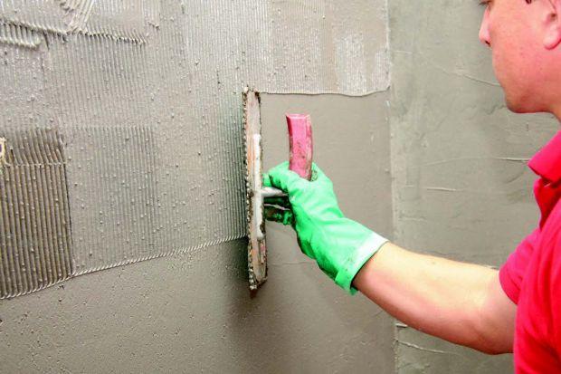Remont stref szczególnie narażonych na działanie wilgoci, takich jak łazienka czy taras, wiąże się zwykle ze sporymi kosztami, zwłaszcza jeśli zdecydujemy się na powierzchniowe maskowanie ubytków i doraźne czynności naprawcze.