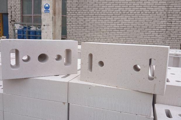 Odporne na działanie wilgoci i mrozu ściany fundamentowe gwarantują nie tylko trwałość i bezpieczeństwo całej konstrukcji, ale również to, że znajdujące się nad nimi pomieszczenia zapewnią odpowiedni komfort ich użytkownikom. Podpiwniczone