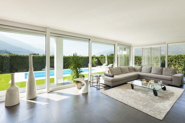 Wybór stolarki otworowej to jedna z najważniejszych decyzji podejmowanych przy budowie domu. Zwłaszcza w dobie dużych przeszkleń, tak charakterystycznych dla nowoczesnych domów.