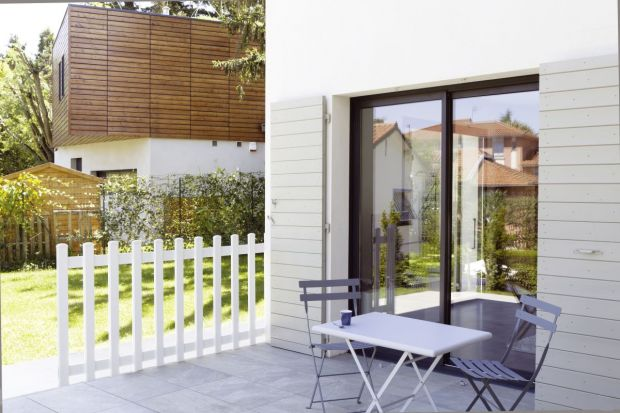 Wyjątkowo uniwersalna – tak najprościej można określić nową farbę, którą wprowadza na rynek firma V33. Direct Protect doskonale sprawdzi się do malowania powierzchni z drewna, metalu i PCV. Nadaje się do stosowania w domu oraz na zewnątrz. I
