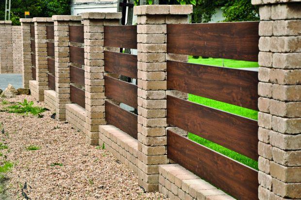 Perfekcyjną aranżację domu i jego otoczenia poznaje się po detalach. W ogrodzie to właśnie odpowiednio dobrane i wykonane ogrodzenie, schodki, murki, palisady czy krawężniki spajają kompozycję posesji w harmonijną całość.