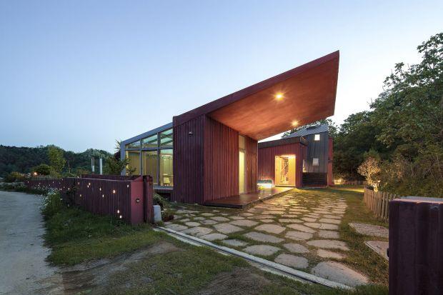 Ten dom idealnie wpisuje się w otaczający krajobraz górzystegoHamyang-gun w Korei Południowej. Takie było założenie architektaBang Keun YOU, który od początku zaprojektował rezydencję tak, aby ona swoim nietypowym kształtem była uzupełni